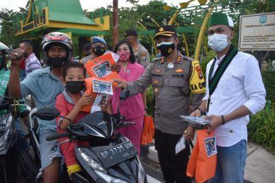 Kapolres Tanjungpinang Bersama Bhayangkari dan HMI Bagi Takjil dan Masker